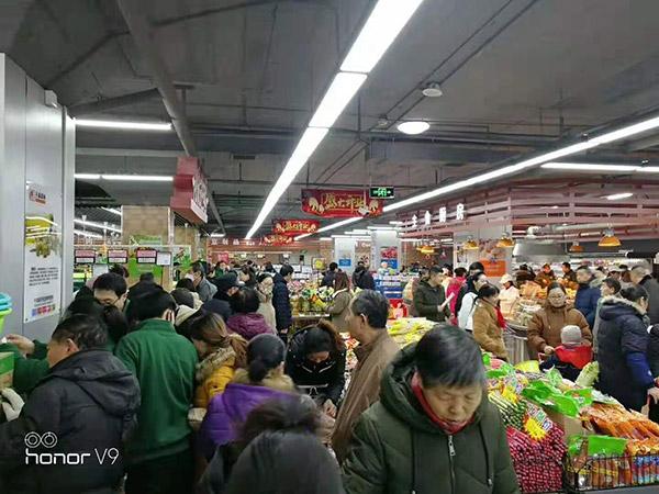 山西长治华龙国际千友超市人头攒动