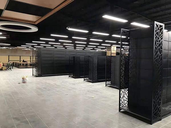 開封蘭考縣新時代購物廣場商超貨架安裝中