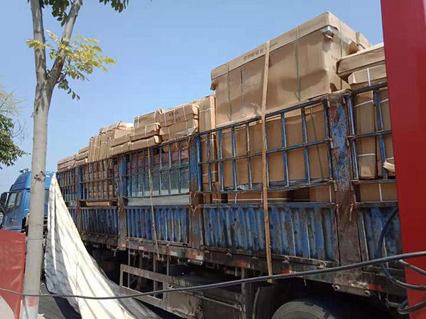 商丘市梁园区双八镇超市货架到场准备卸货