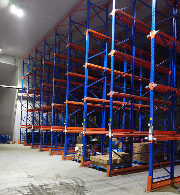 河南某乳业有限公司贯通式货架案例