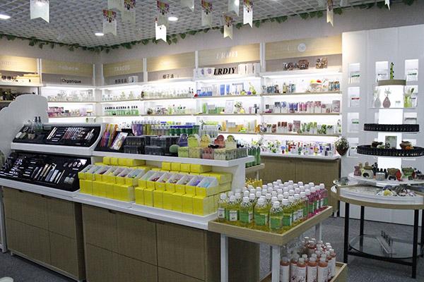 化妆品货架中的促销台放什么产品